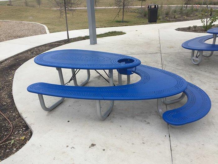 За этим столом для пикника дети могут расположиться рядом со взрослыми, но этажом ниже Стиль, дизайн, идеи, комфорт, оригинально, свежий взгляд, творческий подход, удобство