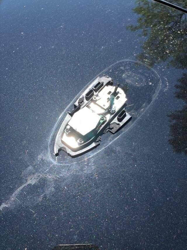 Сломанная антенна на автомобиле похожа на затонувшую лодку wtf, иллюзия, обман зрения, показалось, прикол, удивительное