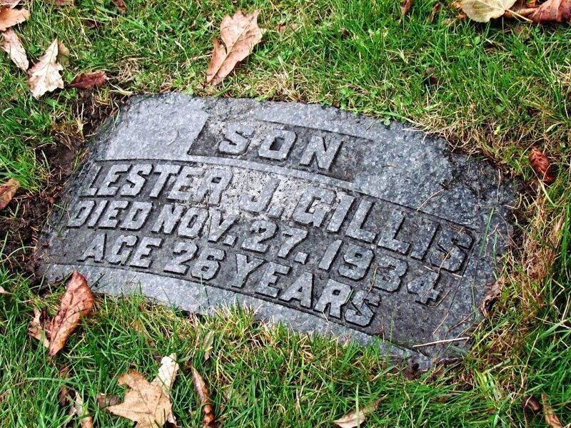Лестер Джозеф Гиллис был застрелен агентами ФБР и похоронен на кладбище «Saint Joseph's Cemetery» в городе Ривер-гроу, штат Иллинойс, США, позже рядом с ним была похоронена его жена — Хелен. кладбище, маньяки, могилы, преступники, самые известные, факты