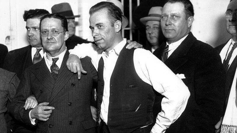 Джон Герберт Диллинджер (в центре) — американский преступник первой половины 1930-х годов, грабитель банков, враг общества номер 1 по классификации ФБР кладбище, маньяки, могилы, преступники, самые известные, факты