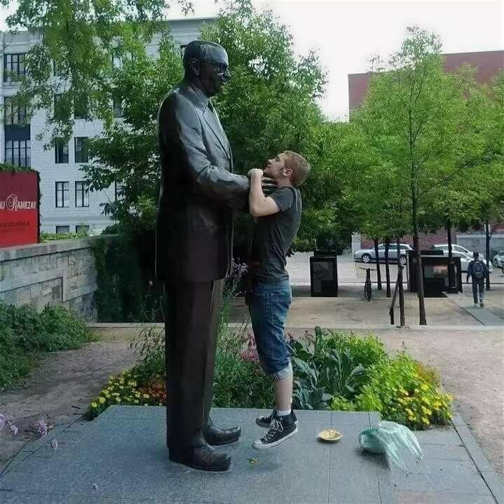 Хотя и мужчины не отстают памятники, прикол, скульптуры, юмор