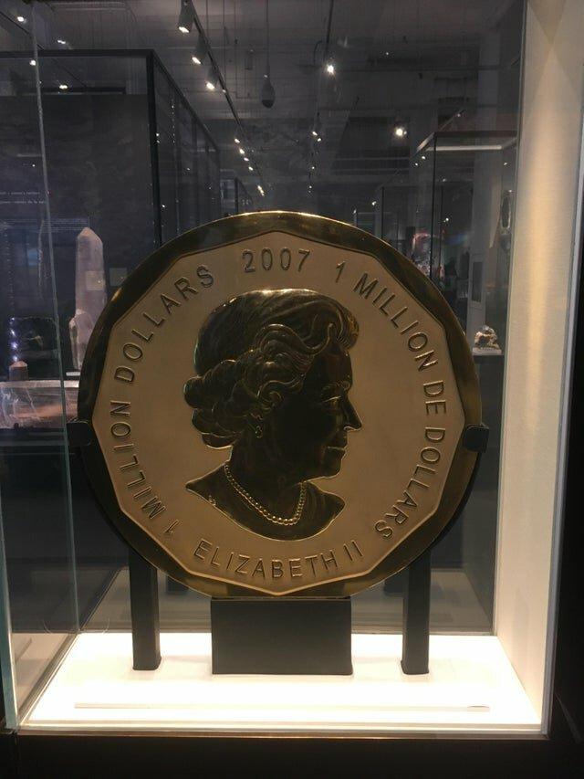 10. В Канаде из золота изготовили огромную монету номиналом 1 миллион долларов белый медведь, занимательные факты, канада, клен, нло, отпуск