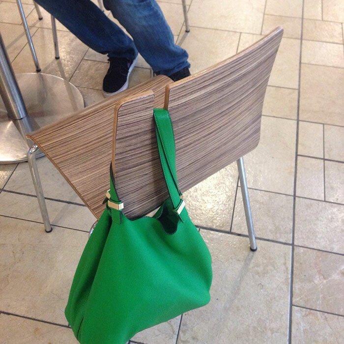 Стул с прорезью - велшалкой для сумки. Теперь ваши вещи точно не упадут на пол! Стиль, дизайн, идеи, комфорт, оригинально, свежий взгляд, творческий подход, удобство