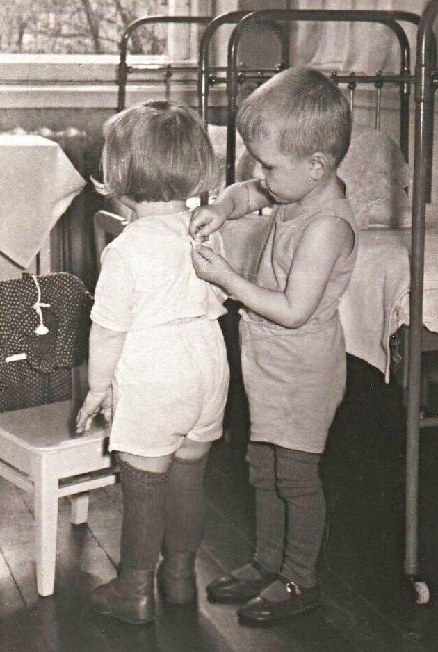 10. Помощь в детском саду, СССР, 1950 интересно, исторические фото, история, фото, фото из прошлого