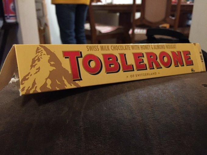 """""""Мой маленький сын сегодня спросил меня: """"А почему на шоколадке медведь?"""" Так я впервые узнала, что на логотипе шоколада Toblerone нарисован мишка. Присмотритесь - он стоит на задних лапах"""" Вот это ДА, интересно, любопытно, неожиданно, открытия, странные факты, удивительное рядом, факты"""