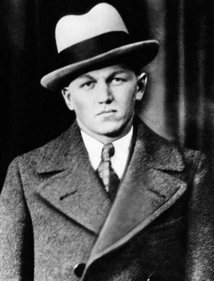 Лестер Джозеф Гиллис, получивший известность как Малыш Нельсон — американский гангстер, грабивший банки. Совершил множество убийств. №2 в списке ФБР кладбище, маньяки, могилы, преступники, самые известные, факты