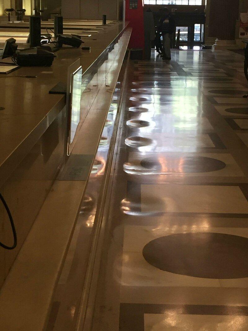 1. Мраморный пол в банке износился в том месте, где стояли люди время, время неумолимо, до и после, интересно, со временем, фото