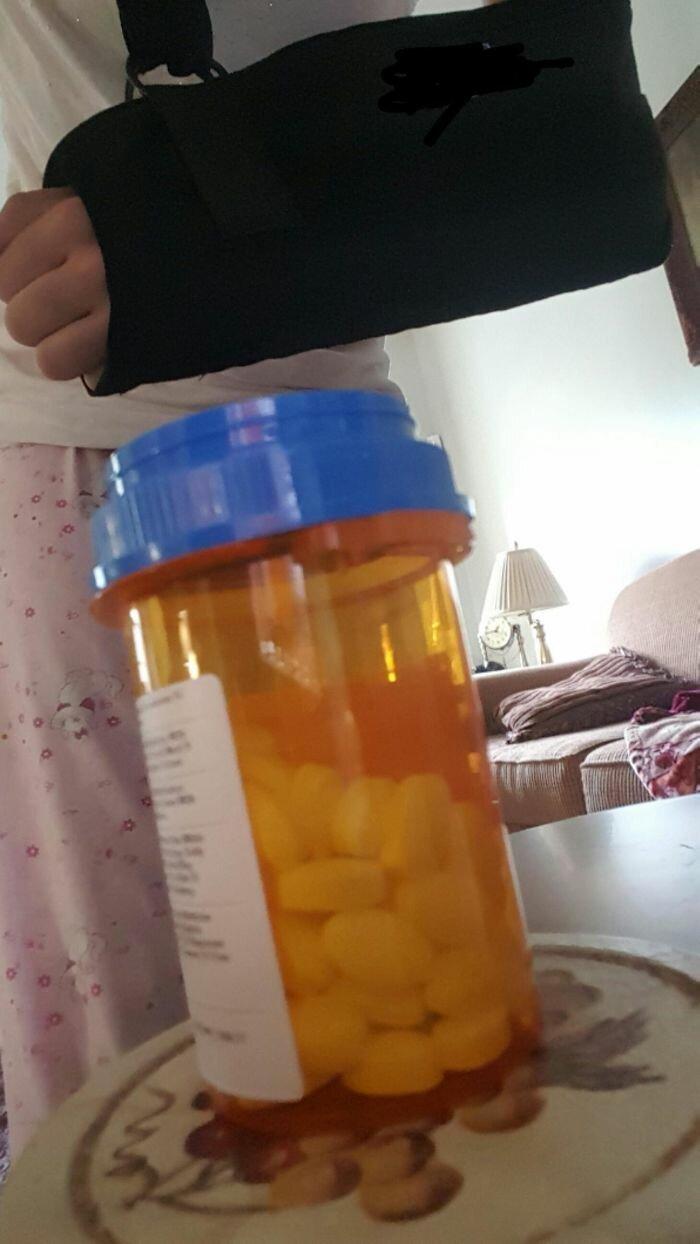 """46. """"Чтобы открыть эту баночку с лекарствами, нужны две руки. А у меня одна сломана"""" бесит, бытовые мелочи, достало, жизненные ситуации, жизненные трудности, раздражает, раздражающие вещи, юмор"""