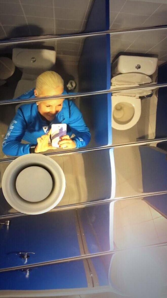 10. Зеркало на потолке кабинки туалета
