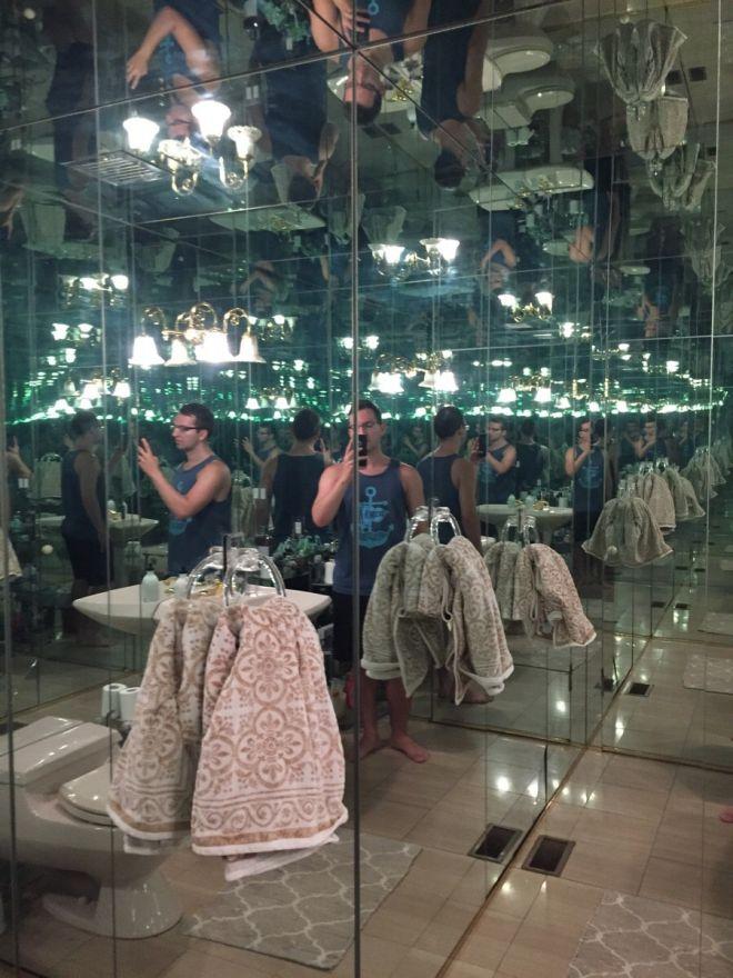 6. Зеркала вместо стен и потолка