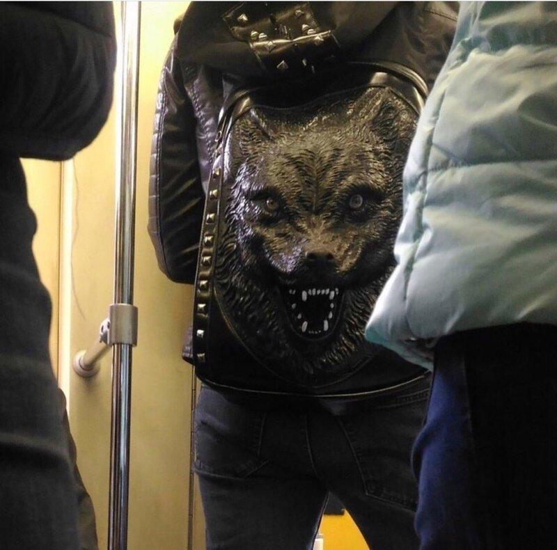 3. Не самый дружелюбный рюкзак идиоты, метро, московское метро, питерское метро, подземка, прикол, фрики из подземки