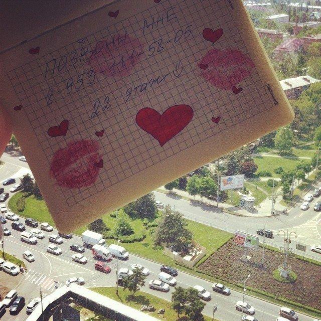 2. Оставила на парковке записку когда за 30, незамужняя, одинокие девушки, очень хочет замуж, фото из соцсетей