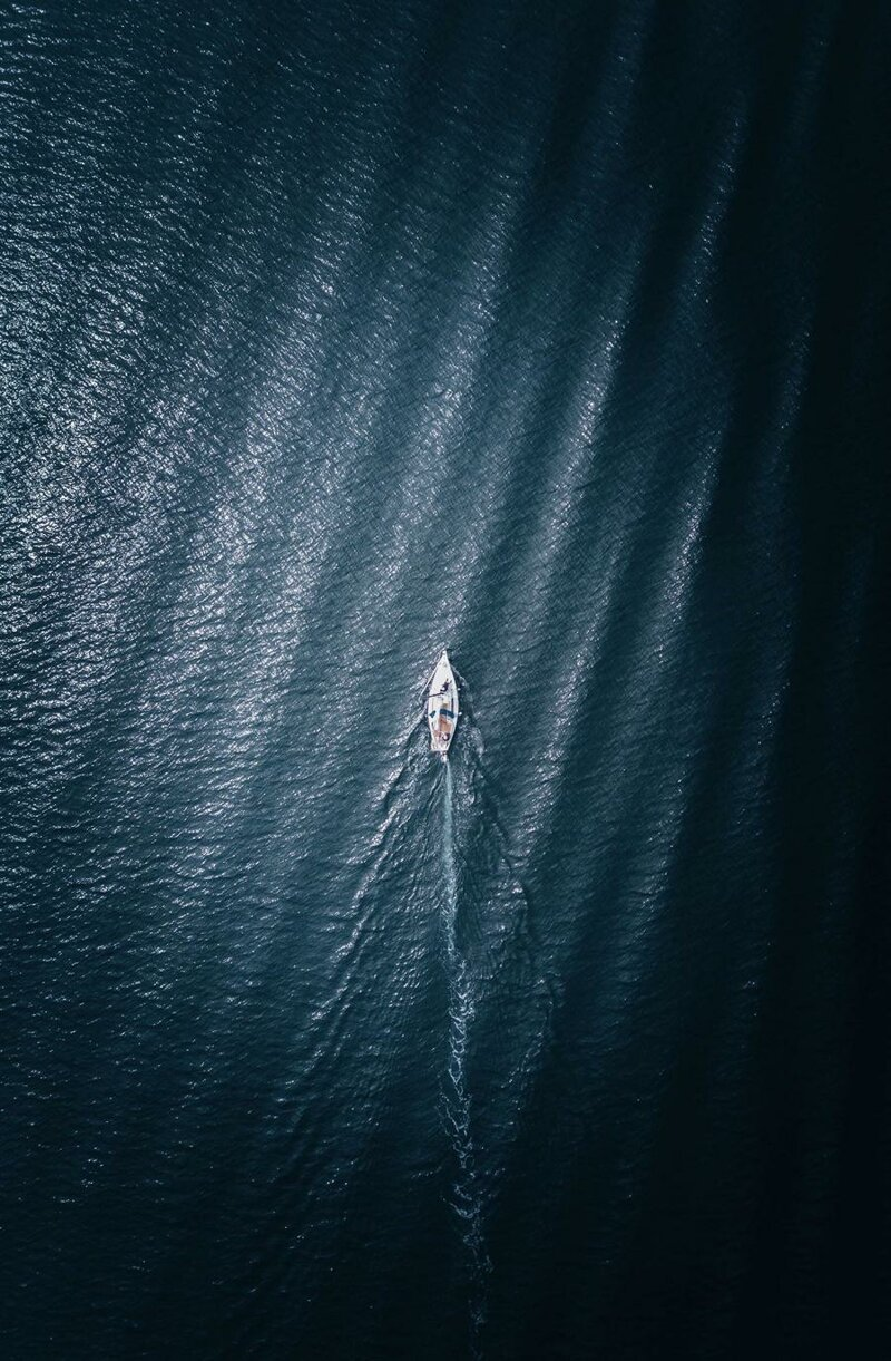 2. Дырка на кожаном диване похожа на лодку в океане обман зрения, фото, фотография