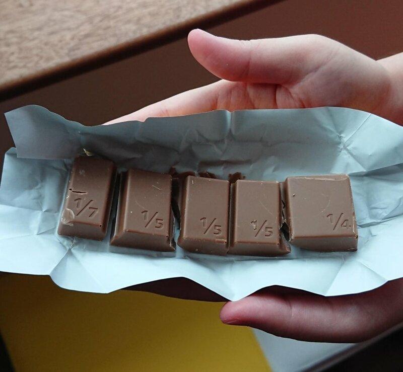 Шоколадная плитка, которая разделена на неровные пластинки. С помощью неё можно объяснять детям математику