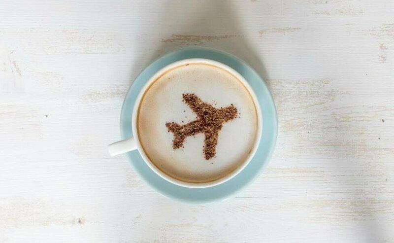"""9. """"Вода, которую используют для чая и кофе, пригодна для питья, и ее меняют между рейсами, однако... бак для хранения воды чистят далеко не каждый день"""""""