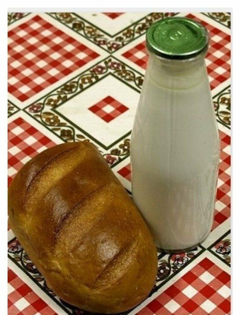 Ну и конечно для тех, кто помнит самую простую еду - бутерброд с маслом и сахаром, кусок хлеба с вареньем или колбасой, а также кефир и полбатона