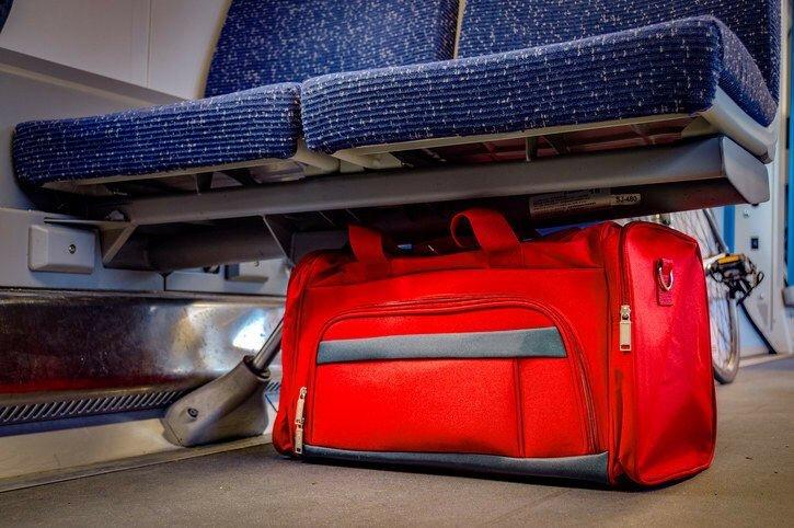 """16. """"Самое странное, что часто случается на борту - это люди, которые покинув самолет, оставляют свой багаж внутри. А он вообще вам нужен?"""""""